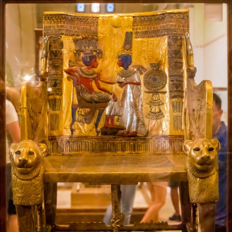 Forntida egyptisk konst, den guld- biskopsstolen av Tutankhamen royaltyfria bilder