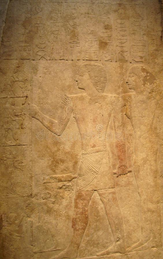 Forntida egyptisk lättnadskonst i guld royaltyfria bilder