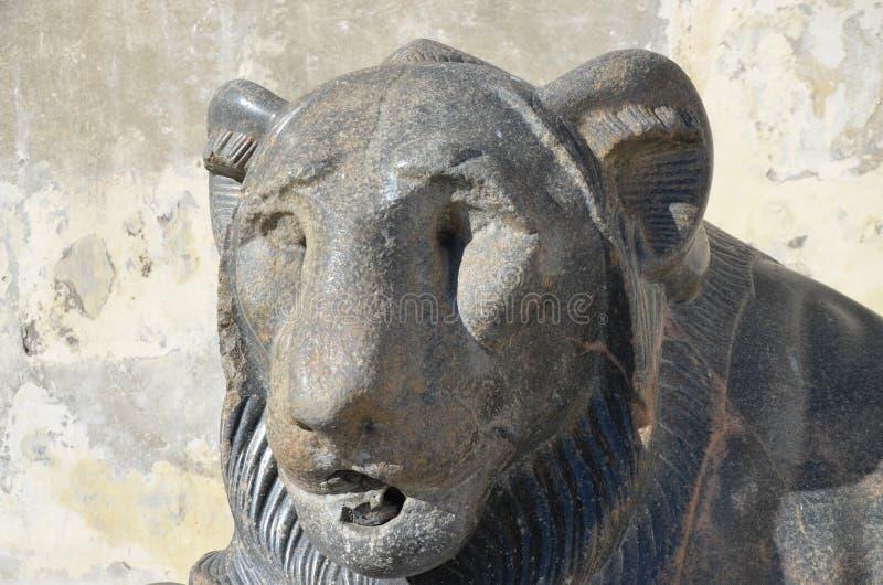 Forntida egyptisk skulptur av lejonet av Nectanebo arkivbild