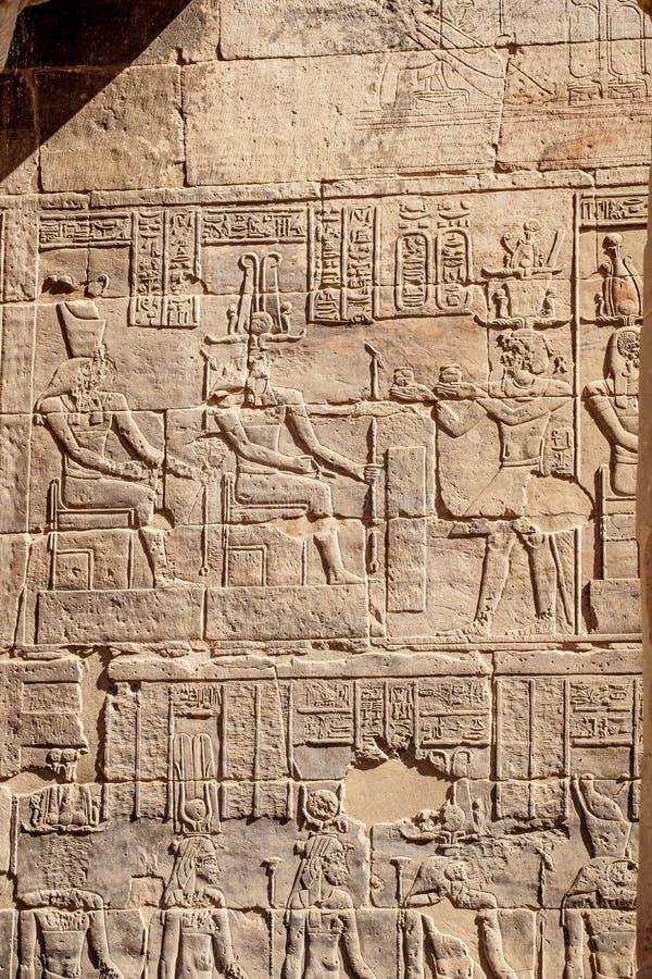 Forntida egyptiska gudhieroglyf på den Philae templet i Aswan fotografering för bildbyråer