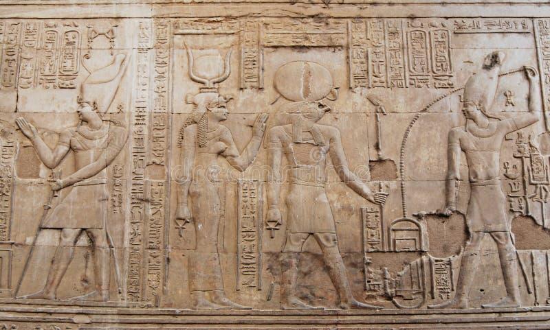 Forntida egyptiska hyeroglyphs i tempel av Kom Ombo, Egypten royaltyfria bilder
