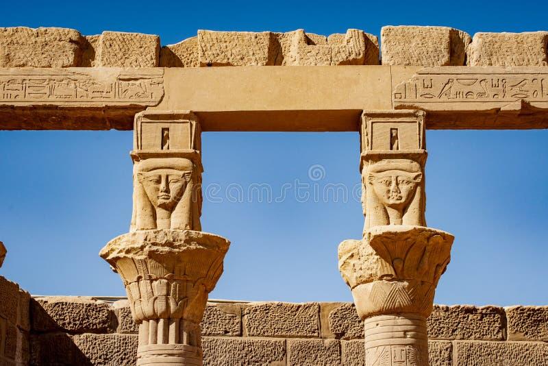 Forntida egyptiska kolonner på den Philae templet i Aswan royaltyfria bilder