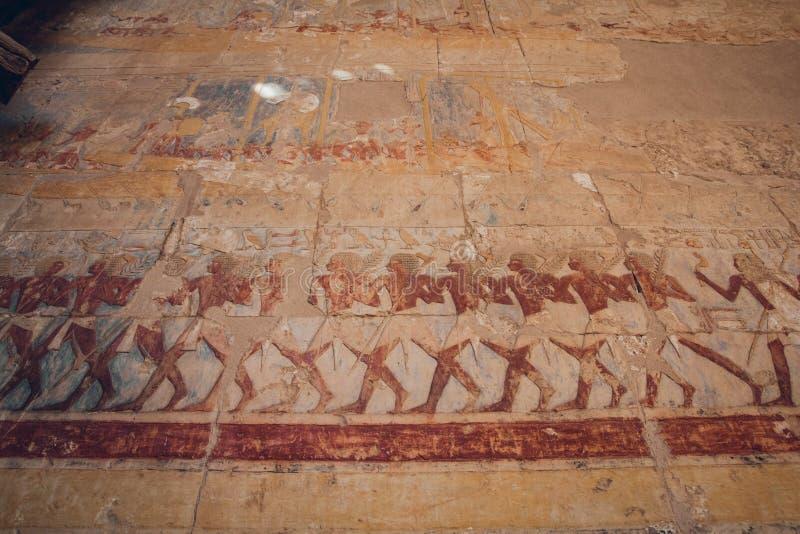Forntida egyptiska målningar och hieroglyf på väggen i Karnak tempelkomplex i Luxor, Egypten arkivfoto