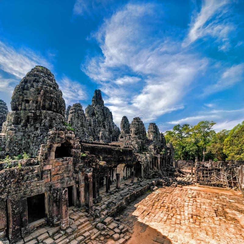 Forntida en khmerarkitektur Panoramasikt av den Bayon templet på Ang royaltyfria foton