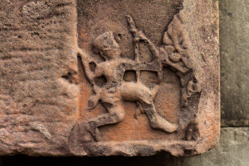 Forntida en khmertempel Art Stone Carving av en Archer med pilbågen & pilen på Angkor Thom, Cambodja royaltyfri fotografi
