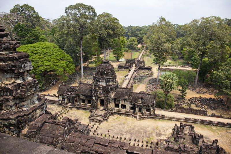 Forntida en khmertempelsikt i det Angkor Wat komplexet, Cambodja Phnom Bakheng panorama med djungelskogen royaltyfria foton