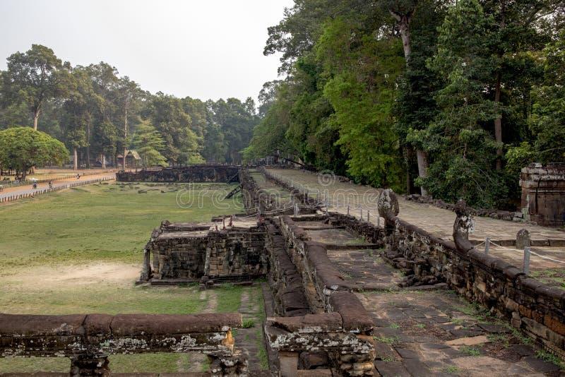 Forntida en khmertempelsikt i det Angkor Wat komplexet, Cambodja Terrass av elefanten i Angkor Thom angkoren fördärvar wat arkivbilder