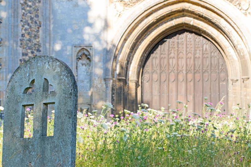 Forntida engelskakyrkagård i sommar Lantlig kyrkogård med wildf arkivfoto