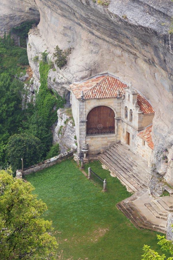 Forntida eremitboning och grotta av helgonet Bernabe, i Burgos, Spanien arkivbilder