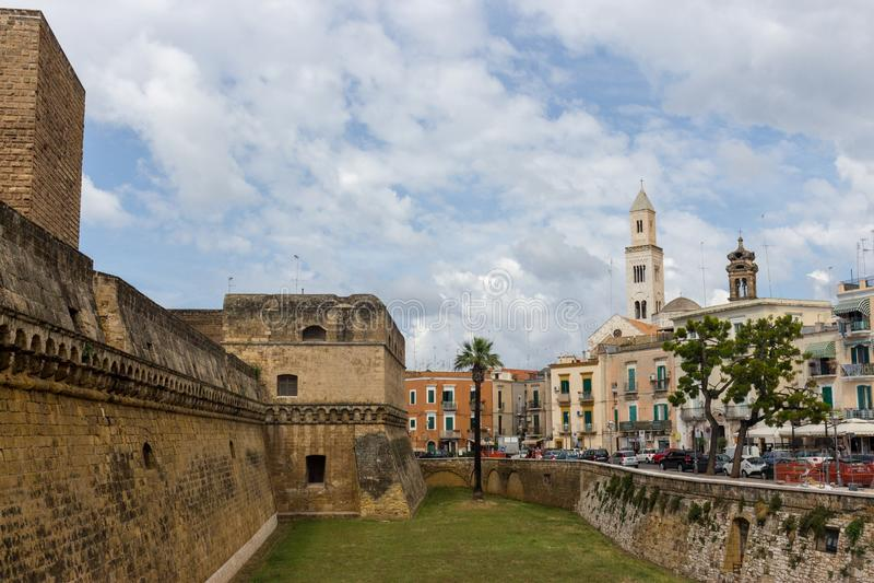 Forntida fästning och medeltida stadsgränsmärke i Bari, sydliga Italien Typisk arkitektur för italienare royaltyfria bilder