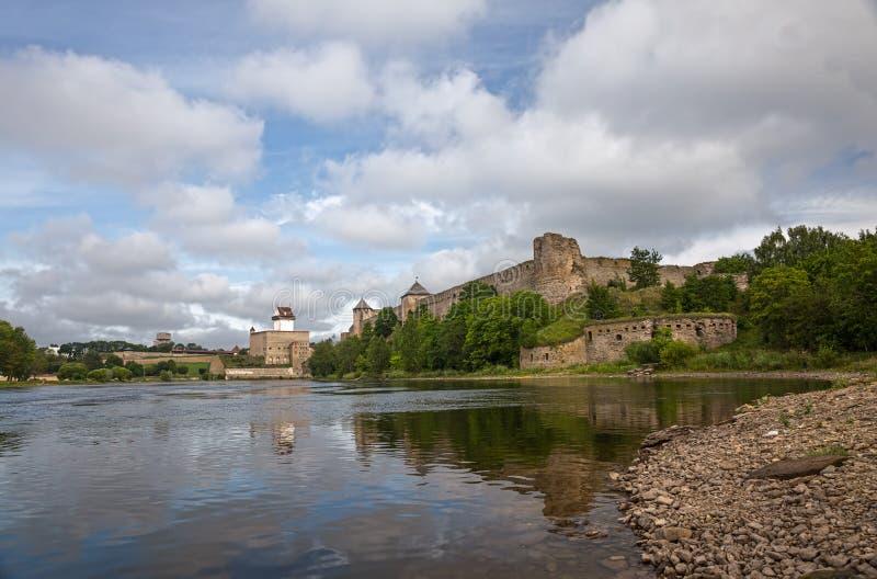 Forntida fästning två i Ivangorod, Ryssland och Narva, Estland royaltyfria bilder