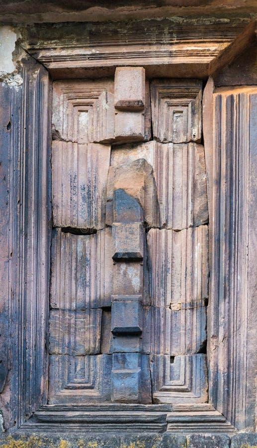 Forntida fönster av den buddistiska asiatiska stenpagoden arkivbilder