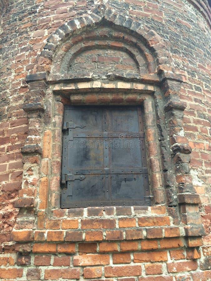 Forntida fönster med slutaren royaltyfri foto