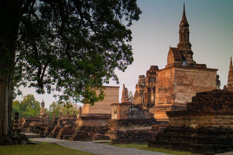 Forntida fördärva templet, och pagoden på historiska Sukhothai parkerar arkivfoto