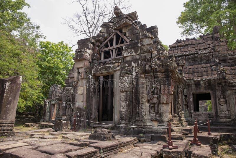 Forntida fördärvar av den Banteay Kdei templet i det Angkor Wat komplexet, Cambodja Återställande för en khmerarvtempel med mater arkivbilder