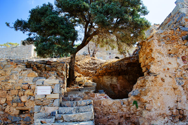 Forntida fördärvar av den mediala sjukhusSpinalonga ön nära Kreta i Grekland royaltyfri fotografi