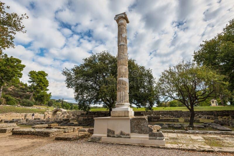 Forntida fördärvar av en jonisk kolonn på Olympia, Grekland royaltyfria bilder
