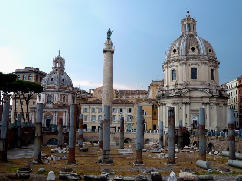 Forntida fördärvar av forumet för Trajan ` s i Rome, Italien Imperialistisk forumtraiani och Santa Maria di Loreto Church Den for royaltyfri fotografi