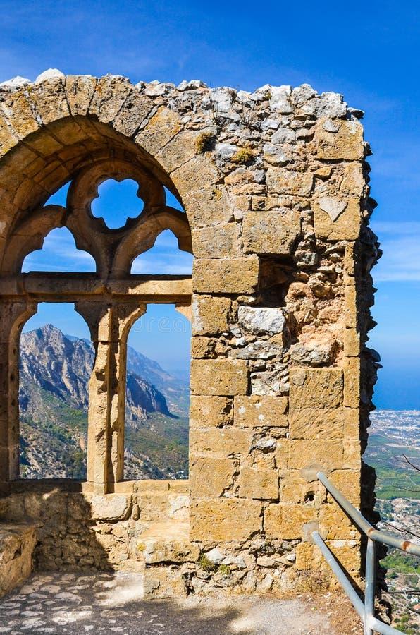 Forntida fördärvar av helgonet Hilarion Castle som erbjuder en fantastisk fönstersikt av den Kyrenia regionen i nordliga Cypern royaltyfria foton