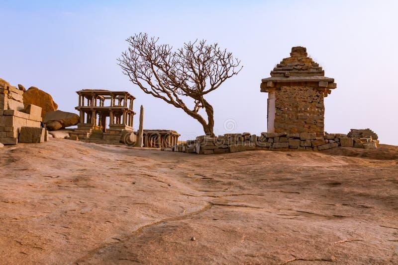 Forntida fördärvar av indiska tempel i Hampi, Indien royaltyfri foto