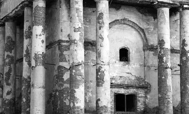 Forntida fördärvar, gammal övergiven byggnad, svartvitt foto arkivfoton