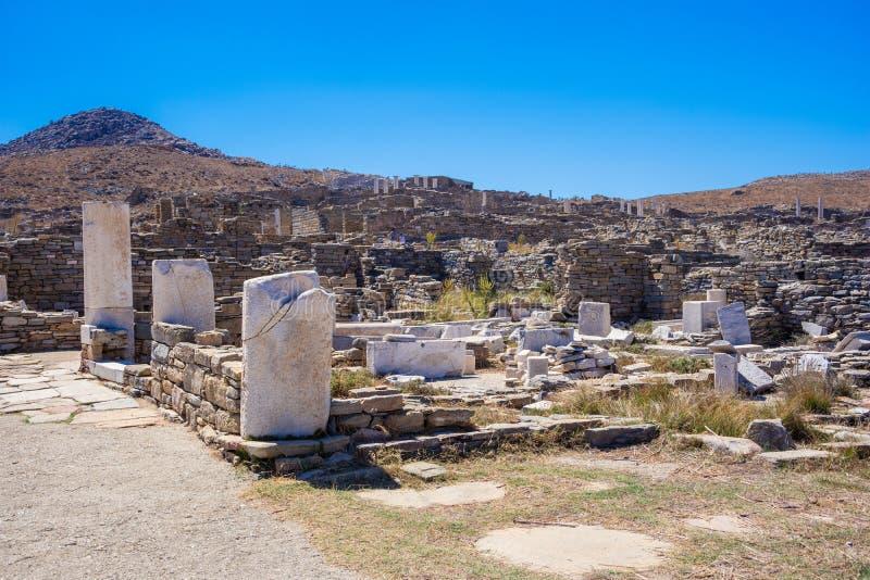 Forntida fördärvar i ön av Delos i Cyclades, en av de viktigaste mytologiska, historiska och arkeologiska platserna royaltyfri foto
