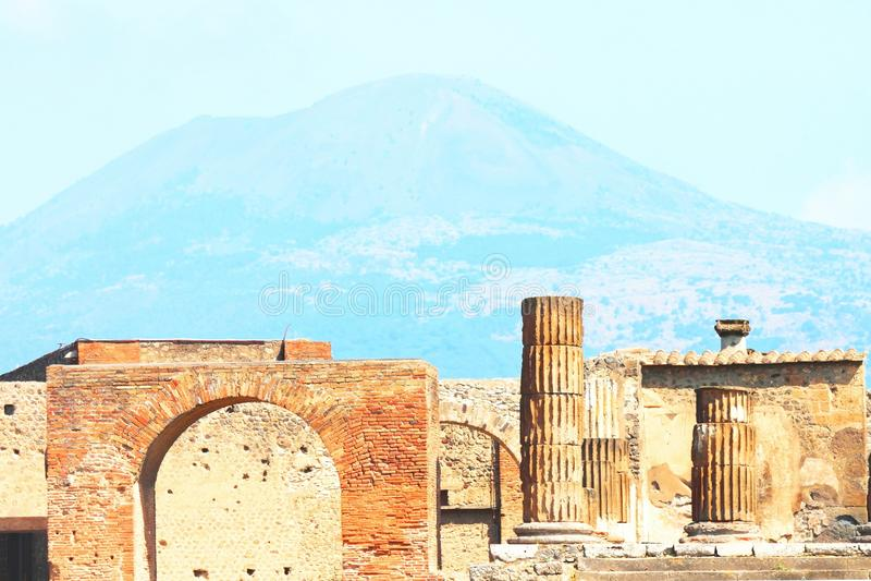 Forntida f?rd?rvar i Pompeii mot bakgrunden av vulkan Vesuvius, Naples, Italien arkivbilder