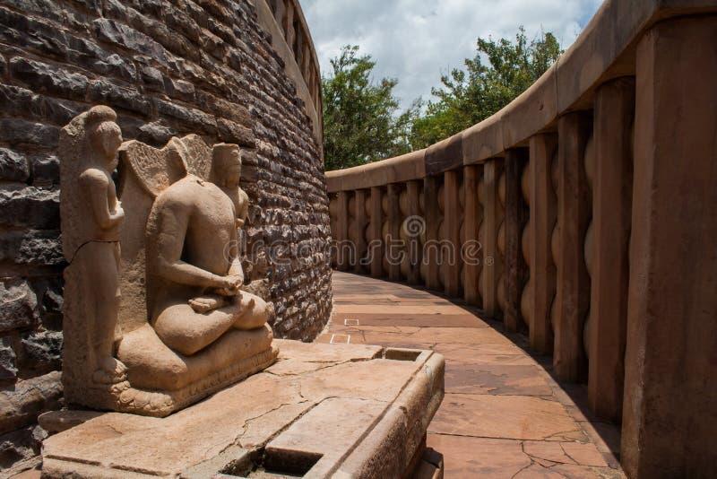 Forntida förebild av Budhha på Sanchi Stupa Indien royaltyfri fotografi