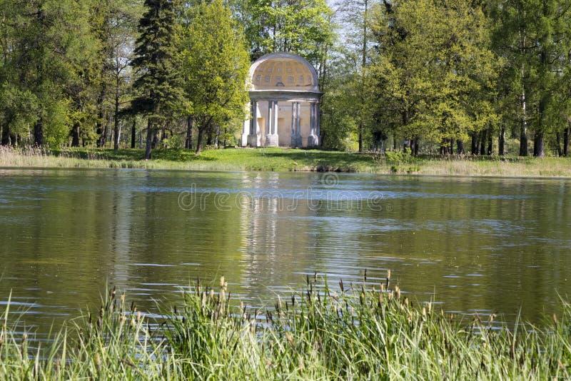 Forntida förstörd axel i höstpark- den Eagle paviljongen Ryssland St Petersburg Gatchina arkivfoton