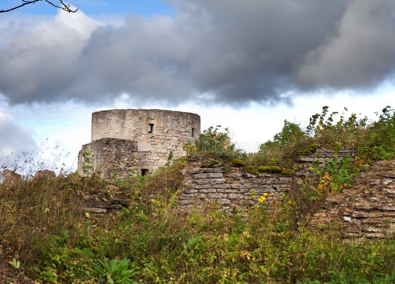 Forntida förstörd fästning petersburg Ryssland Koporye royaltyfri bild