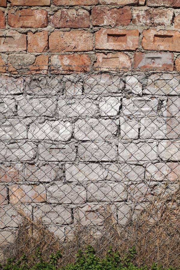Forntida förstörd tegelstenvägg med spår av cement royaltyfria foton