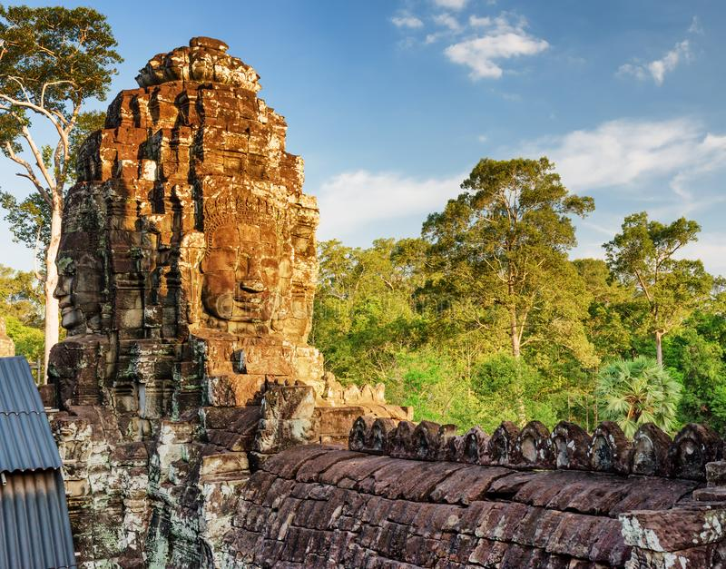 Forntida framsida-torn av den Bayon templet i Angkor Thom, Cambodja royaltyfri foto