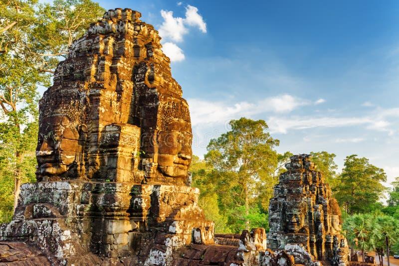Forntida framsida-torn av den Bayon templet i Angkor Thom, Cambodja arkivbilder