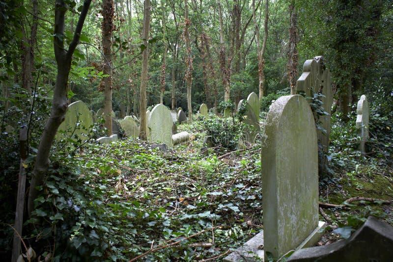 forntida gammala kyrkogårdgravar arkivfoto