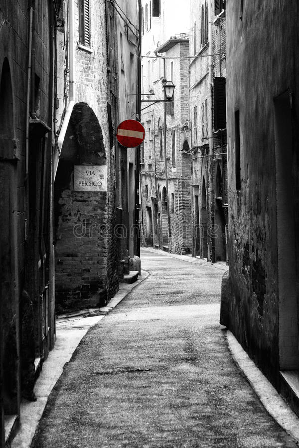 Forntida gata i historisk stad av Perugia (Tuscany, Italien) arkivfoton