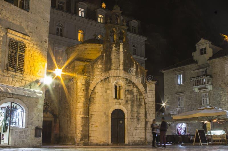 Forntida gotisk kyrka i Kotor på natten Montenegro royaltyfri foto