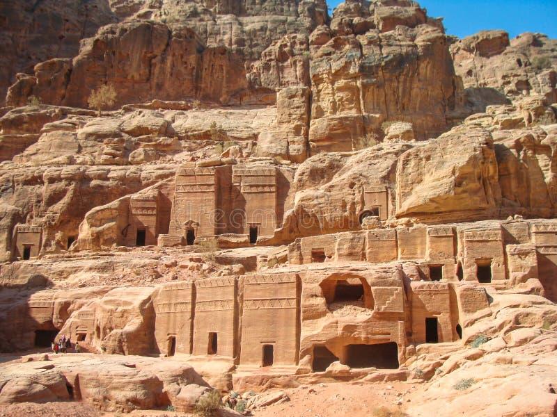 Forntida gravvalv i vaggar och grottor av Nabataean, Petra, Jordanien fotografering för bildbyråer