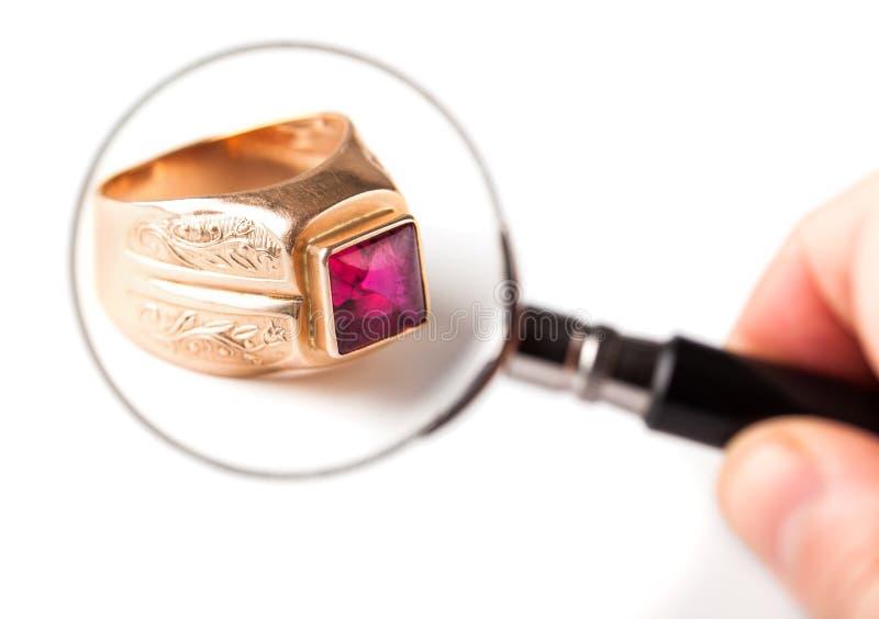 Forntida guld- cirkel med rubinen arkivfoto