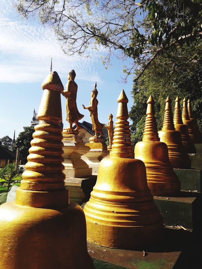 Forntida guld- pagoda i thailand arkivbild