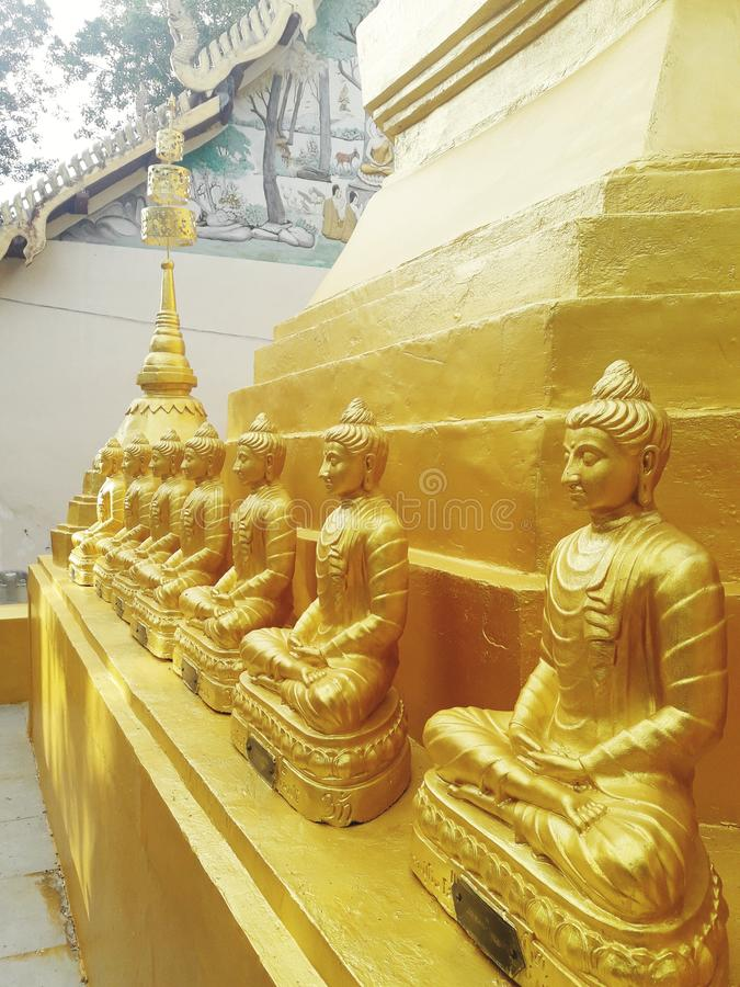 forntida guld- pagoda thailand arkivbild