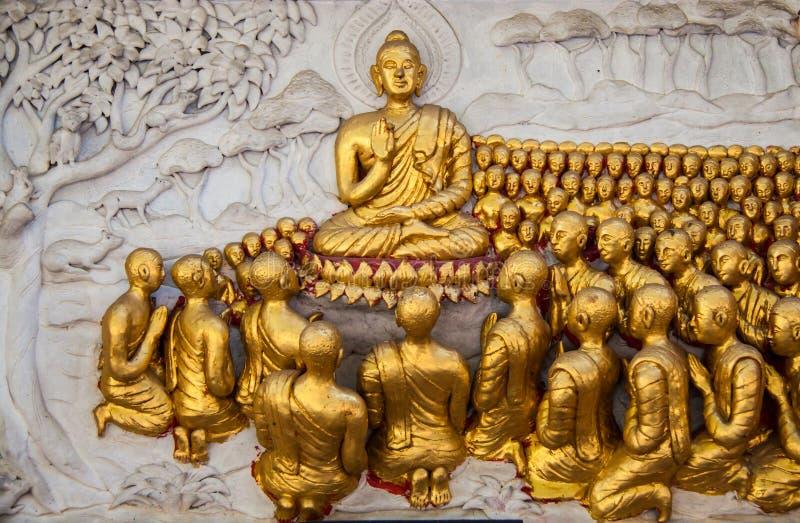 Forntida guld- snida träfönster av den thailändska templet. royaltyfri fotografi