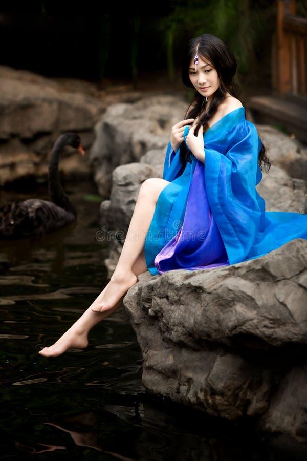 forntida härlig kinesisk klänningflicka arkivfoto