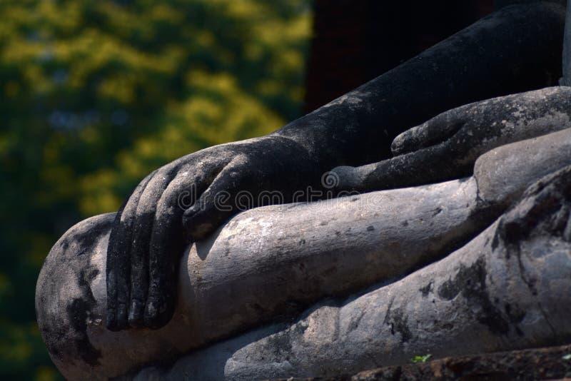 Forntida hand` s buddha av Wat Phra Mahathat i historiska Ayutthaya fotografering för bildbyråer