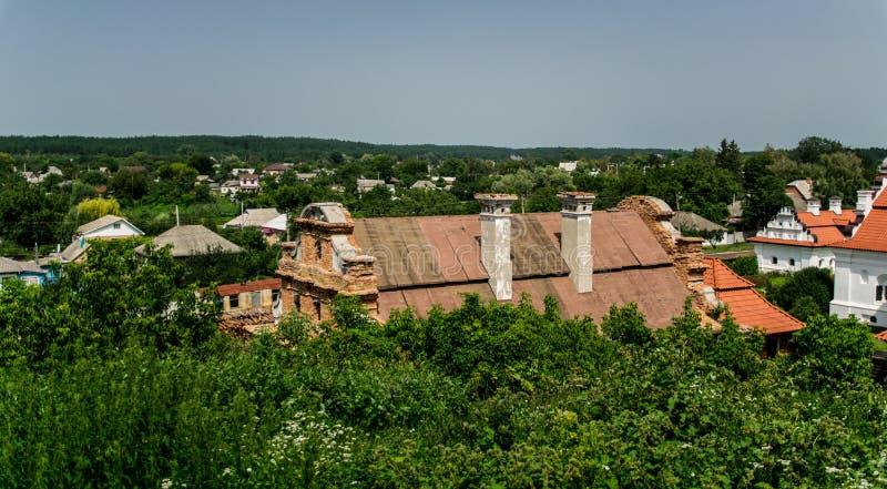 Forntida herrgårdar och lantligt sommarlandskap i Eastern Europe, Ukraina arkivfoton