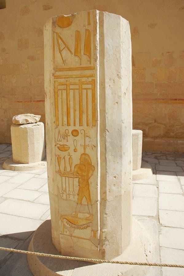 Forntida hieroglyfer på kolonn på Luxor arkivbilder