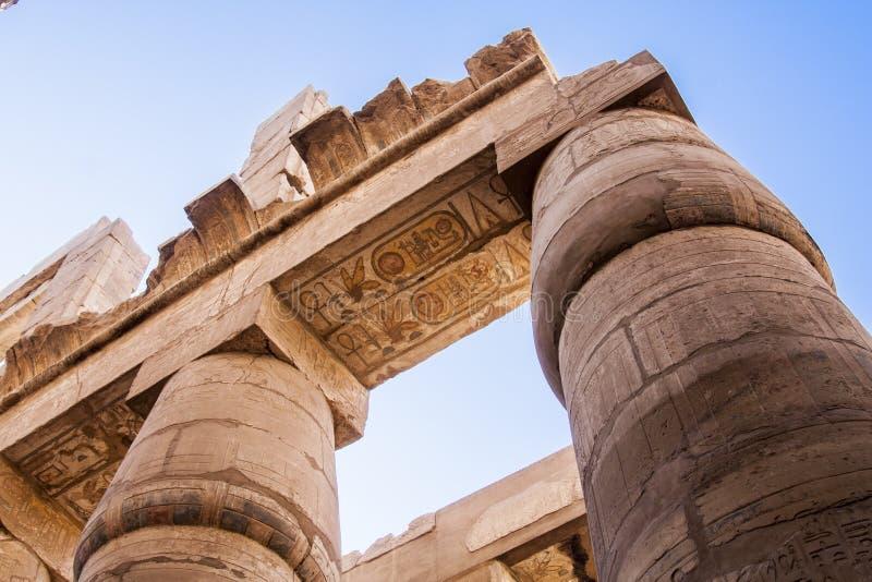 Forntida hieroglyfer på pelarna av den Karnak templet arkivfoto