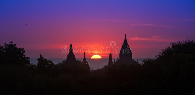Forntida historisk plats Bagan i Myanmar på den majestätiska solnedgången royaltyfria foton
