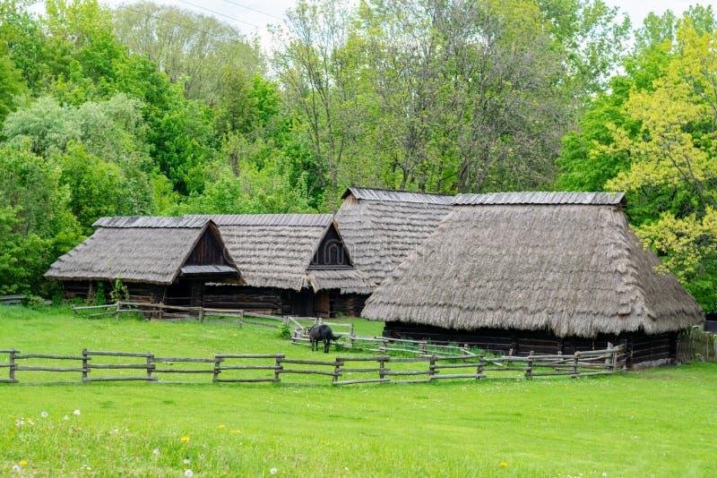 Forntida hus i landssida arkivbilder