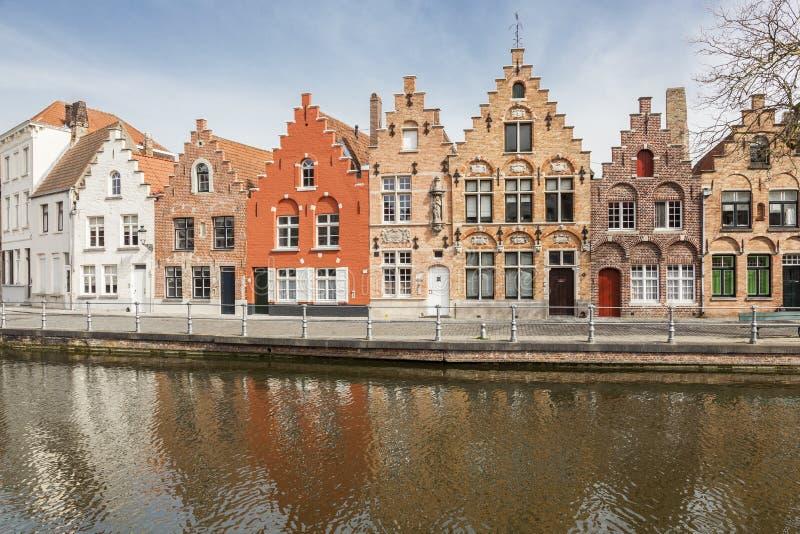 Forntida hus på en kanal i Bruges arkivbild