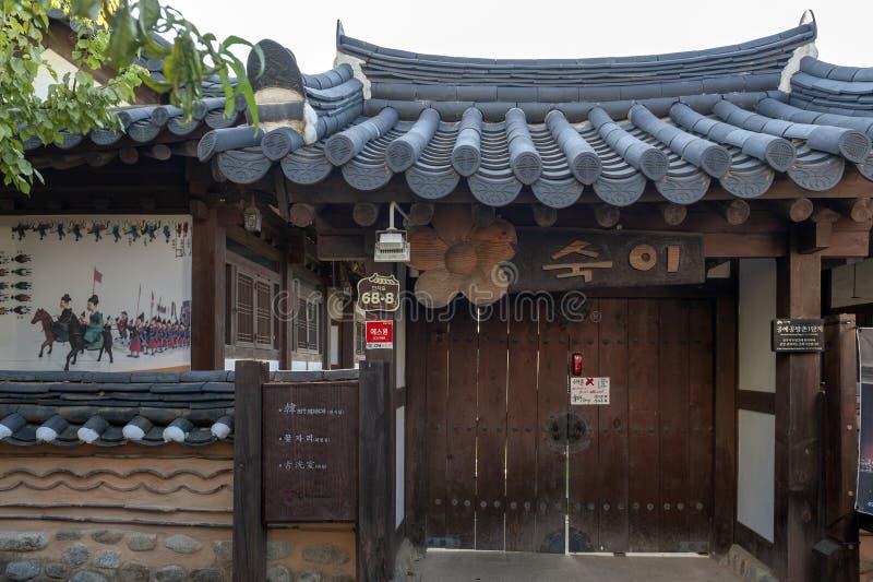 Forntida hus som byggs i koreansk traditionell arkitektur i den Jeonju Hanok byn, Sydkorea royaltyfri fotografi